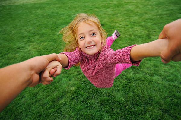 Stop Mengayun Anak dengan Menarik Lengannya! Ini Bahayanya