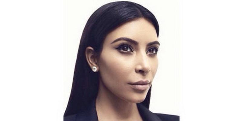 Tips Bentuk Wing Eyeliner dari Perias Kim Kardashian
