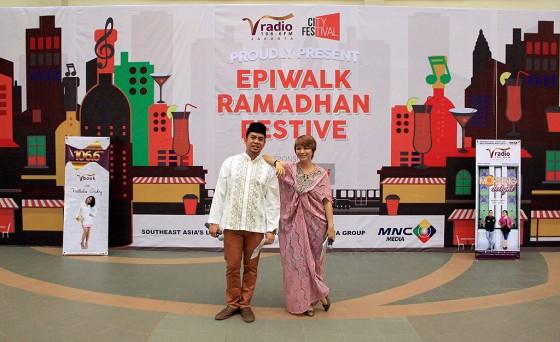 Penyiar Rhythm & Breeze Lala Tangkudung & Reymund Levy live broadcasting @ Epiwalk