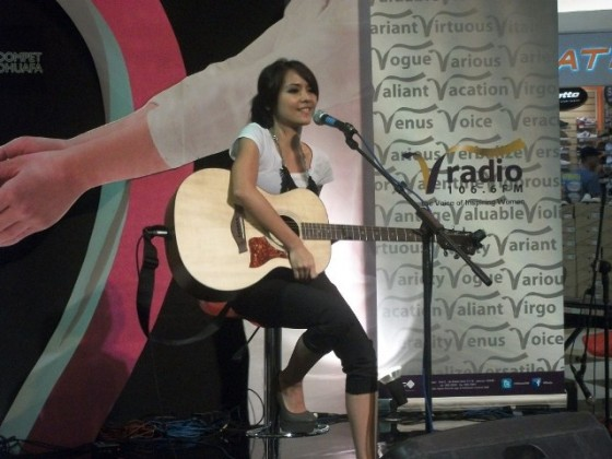 Lala karmela perform at plasa semanggi